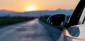 2021: conducir sin dejar de mirar por el retrovisor.
