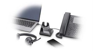 Los auriculares Voyager 4300 UC de Poly se adaptan a las necesidades de un trabajo flexible.